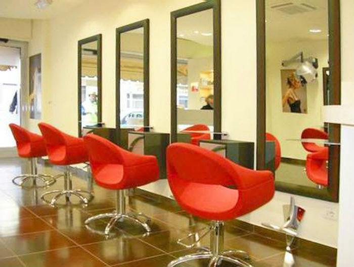 На фото показано 4 посадочных места в салоне красоты.