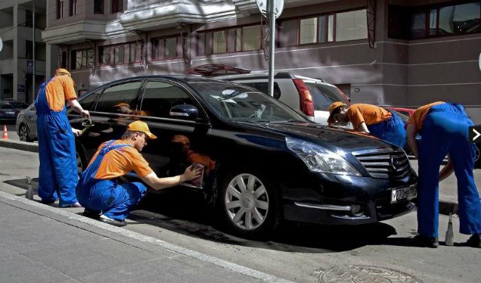 Парни чистят машину - натирают до блеска!